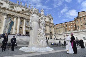 Pape_statue_Rita